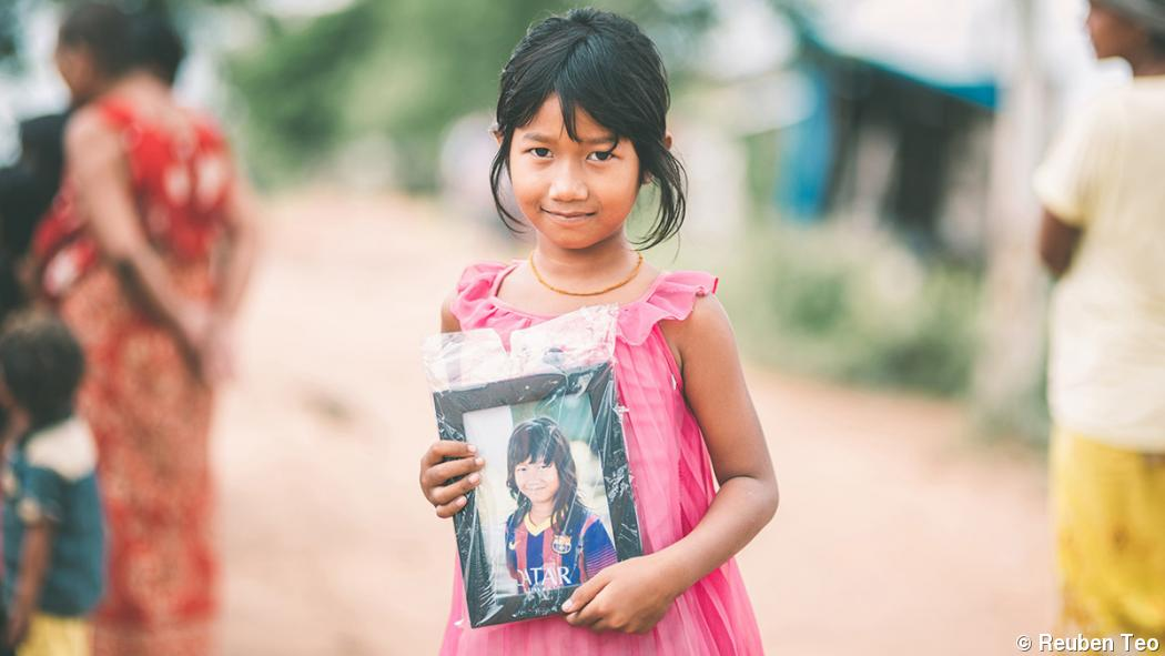 Photographer donates printed portraits to Cambodian villagers
